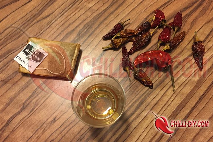 Chilisamen in schwarzem Tee eingelegt