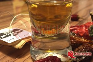 Chilisamen in schwarzem Tee einweichen Bild