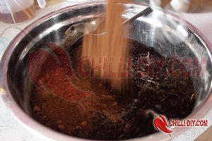 getrockneten Kaffeesatz in die Anzuchterde kippen