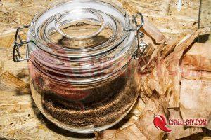 getrockneter Tee im Glas als Chilidünger